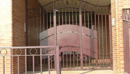 Puerta para urbanización. http://www.tallereslobon.com/
