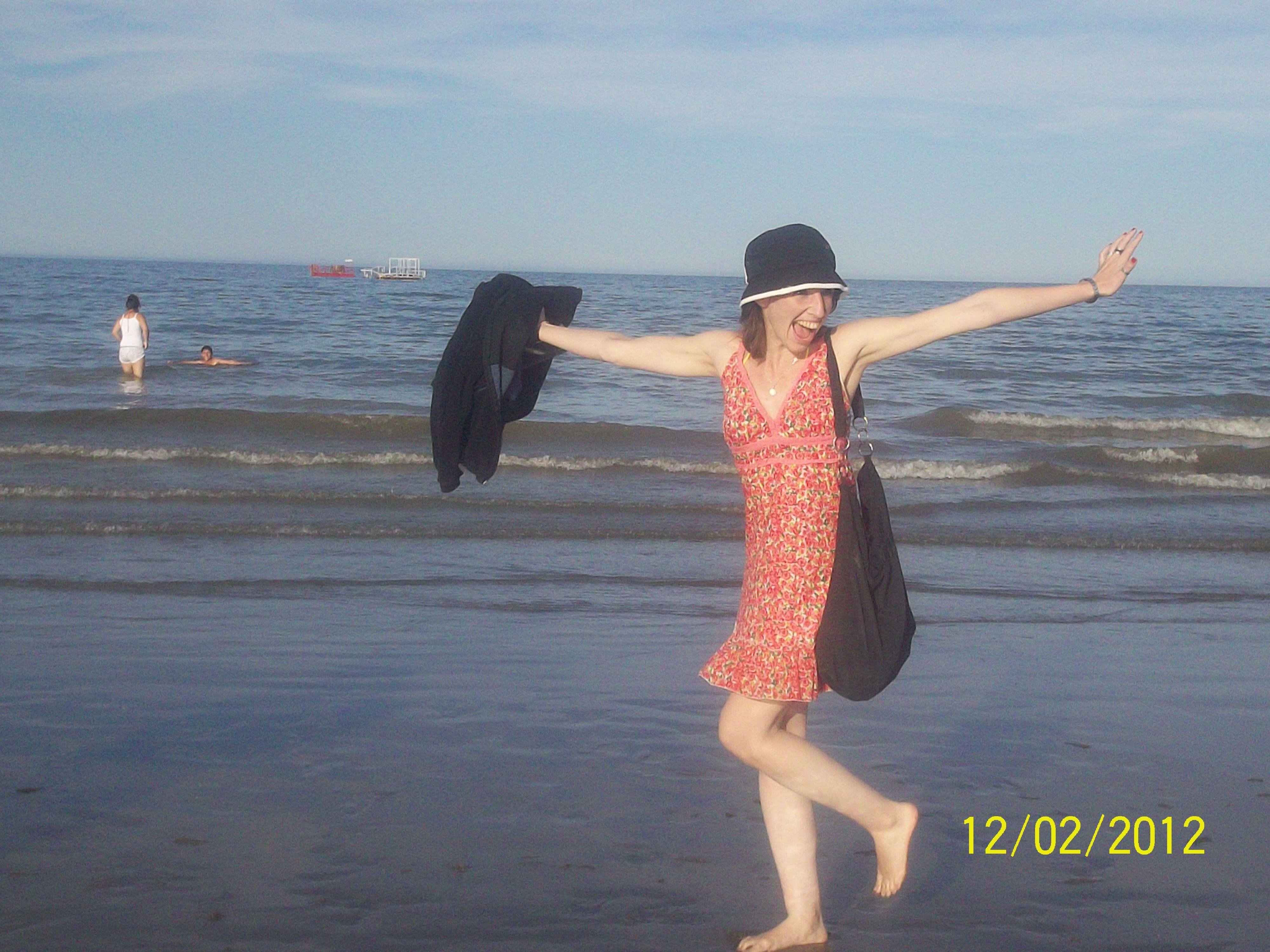 Disfrutando de las olas y el viento, muy bien acompañada! :)  AnitA