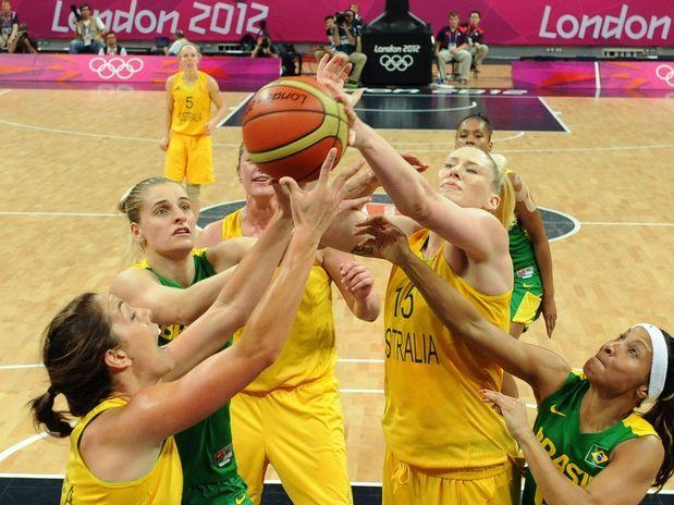 Australinas e brasileiras disputam bola em jogo de basquete  Foto: AP