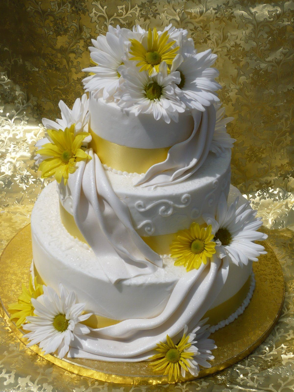 daisy and burlap wedding cakes | Spring Weddings « CLH Weddings