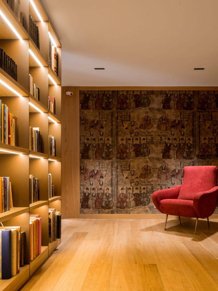 Bibliothek Holz Sessel Antike Wand Indirekte Beleuchtung #interiordesign