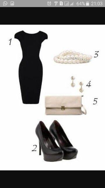 Vestido tubinho e scarpin pretos, carteira creme e brinco e pulseiras perolas