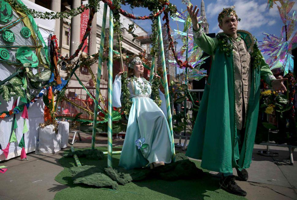שחקנים לבושים בבגדי דמויות ממחזהו של וויליאים שייקספיר, חלום ליל קיץ, מופיעים לציון חגיגות יום הקדוש ג'ורג' בלונדון