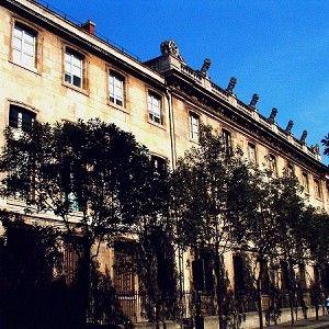 Bibliothèque de l'Arsenal est une bibliothèque.- 92) LE PALAIS DE L'ARSENAL: .. pavillon de l'Arsenal, le prince et la princesse étaient arrêtés et exilés loin de Paris. Pourtant, depuis quelques années déjà, la décision de faire d'importants travaux à l'Arsenal étai prise. Louis XIV, peu avant de mourir, avait décidé la transformation du palais des grands maîtres, à ses frais et à l'usage de son fils.