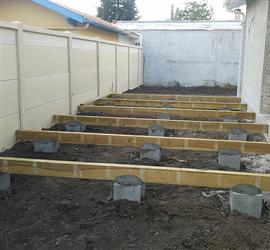 Cl ture en panneaux b ton et ossature pour terrasse bois for Quel bois pour terrasse sur pilotis