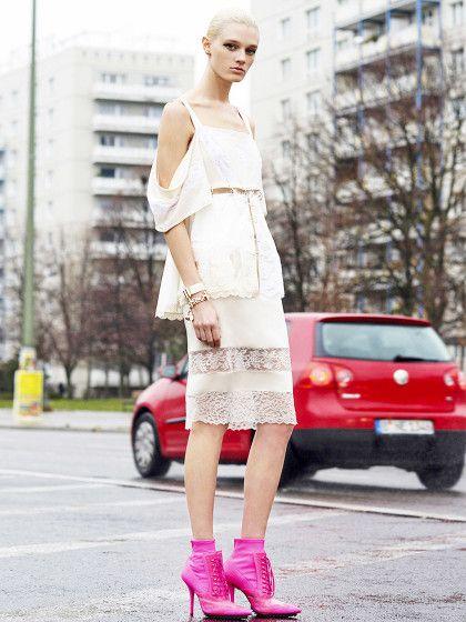 Vorne der coole Transparenz-Spitzen-Style von Givenchy, im Hintergrund ein VW und die grauen Plattenbauten aus Berlin Mitte