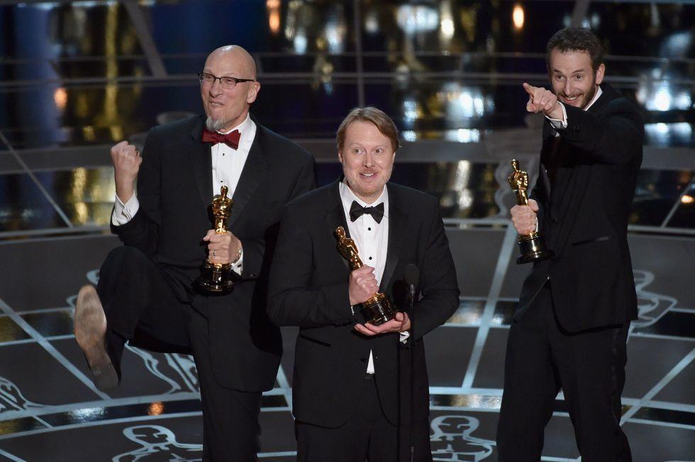 """Los ganadores del Oscar a la mejor película animada, '""""Big Hero 6"""", de izquierda a derecha, Roy Conli, Don Hall y Chris Williams."""
