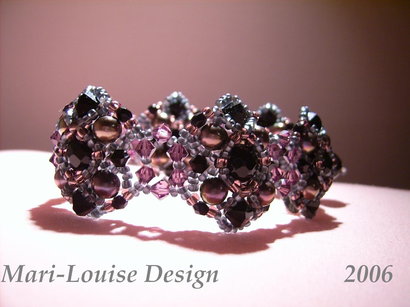 Bracelet of sweetwaterpearls, Swarovski and black onyx.