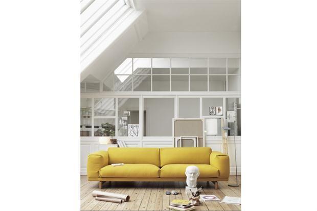 Cuando el sofá es el protagonista  Tonos plenos y con mucha presencia para ambientar tu living.  /Muuto / Designer s Guild