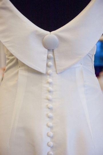 elegantes brautkleid mit tiefem rückenausschnitt und knopfleiste