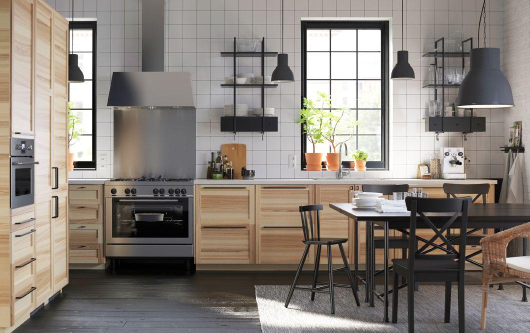 Cucina in frassino con maniglie nere, piani di lavoro bianchi e ...