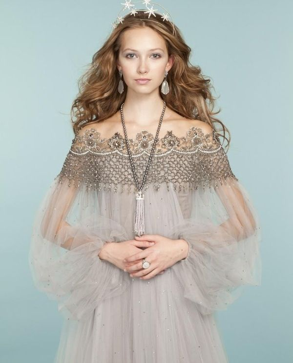 Really elegant without being boring---love this picture! Captures youth, middle ages come to life, a bit magical. Dress, jewelry, make-up and hair details bring it all together. Enchanting.