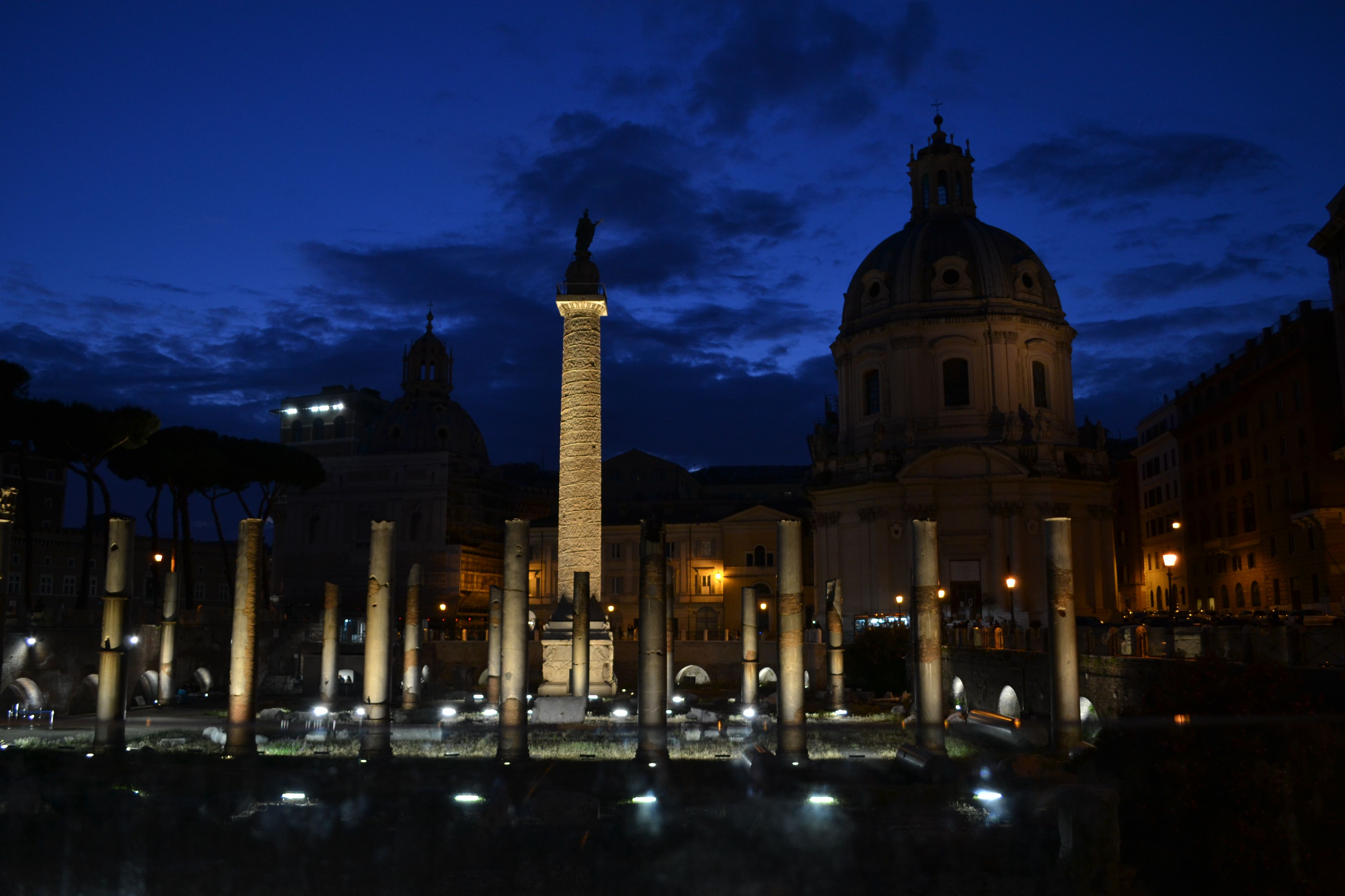 Vista de la columna Trajana desde el Foro- Roma Italia