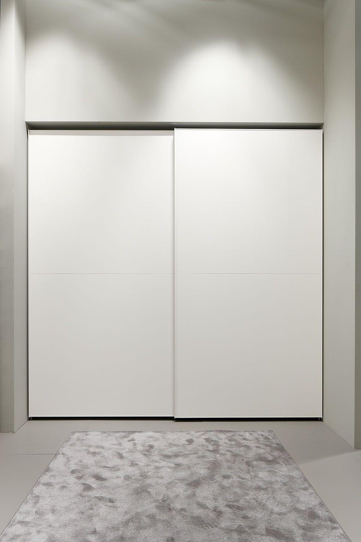 dica armario de puertas correderas lacadas en color cemento mate el acabado del interior en - Puertas Correderas Blancas