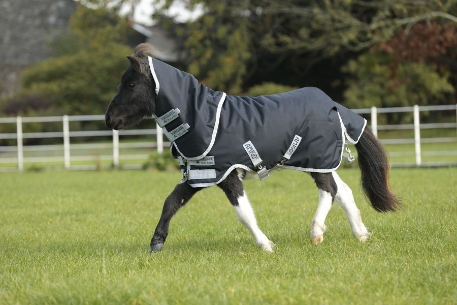 The Amigo petite collection brings you a strong, waterproof and breathable 600D outer rug with a 200g fibre fill to keep your little friend warm and comfy when in the field. The detachable hood is included to give extra protection when needed.