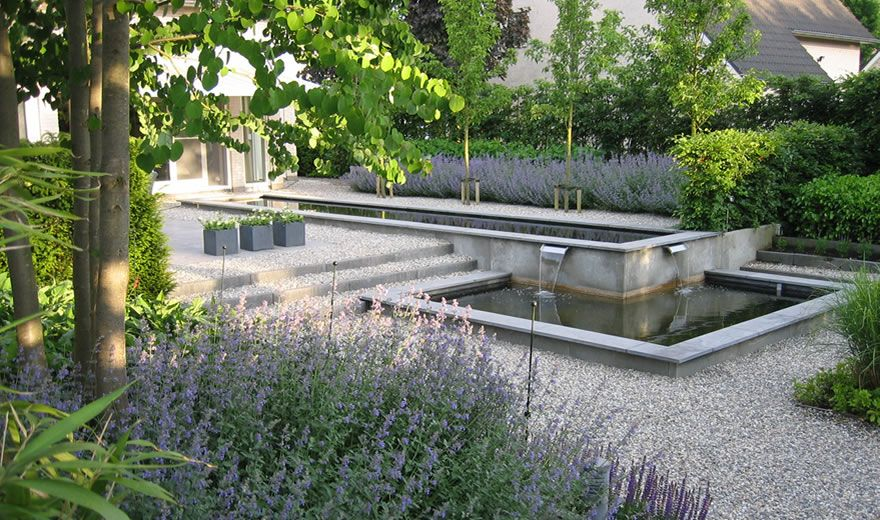 Water feature as part of a larger garden simple for Voortuin strak modern