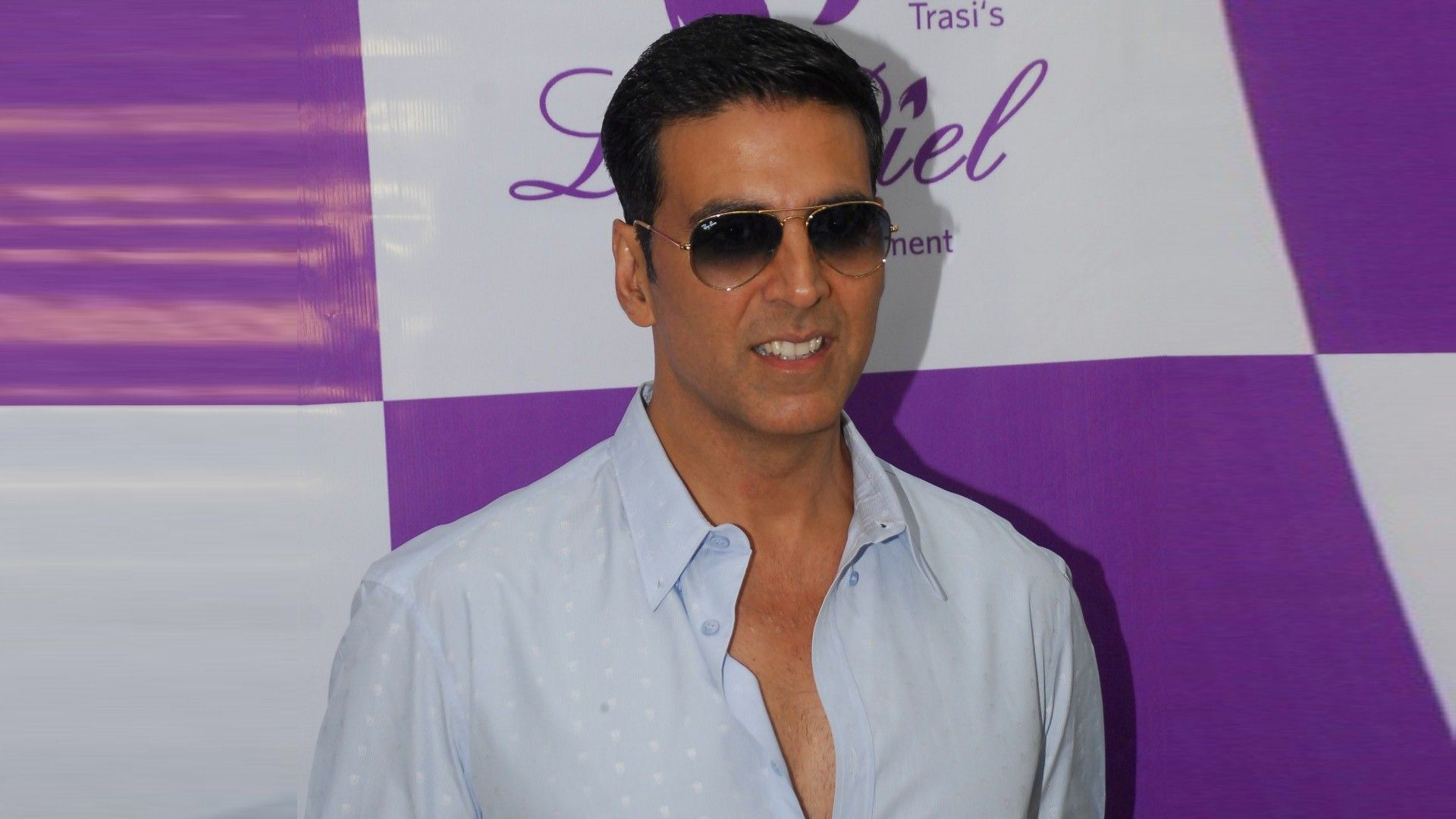 Wallpaper download bollywood actors - Handsome Bollywood Actor Akshay Kumar In Goggles Wallpaper