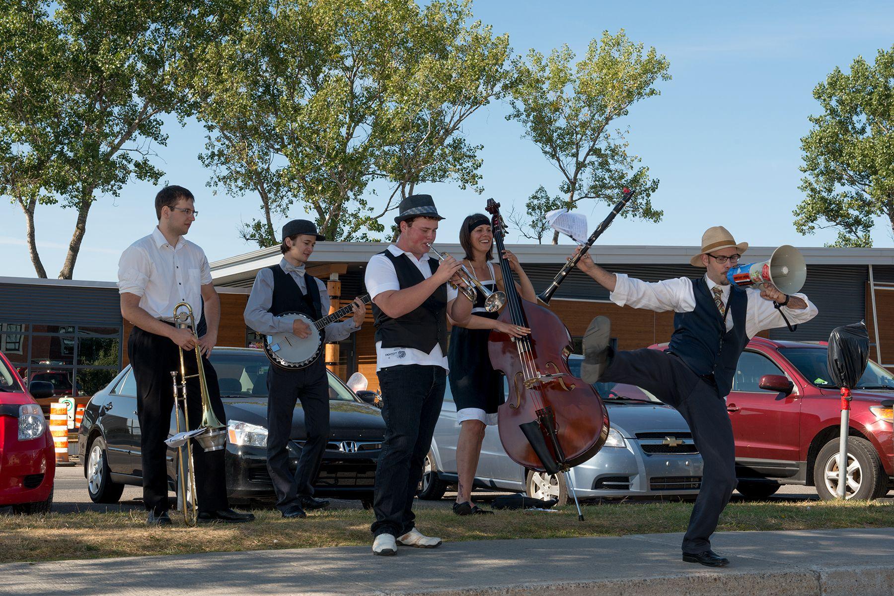 Le Riki-Dixie Bouncing Band en pleine action! C'est tellement bon, c'est tellement beau, que certain en saute de joie!