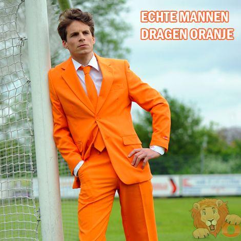 Oranje maatpak. Prachtig oranje maatpak inclusief gratis oranje stropdas, Echte mannen dragen Oranje. Dit oranje kostuum voor heren wordt geleverd met een stropdas in dezelfde kleur oranje. Met deze oranje kleding ben jij alvast helemaal klaar voor het WK 2014. En met dit originele oranje maatpak zie je eruit om door een ringetje te halen tijdens één van de vele oranje feesten.
