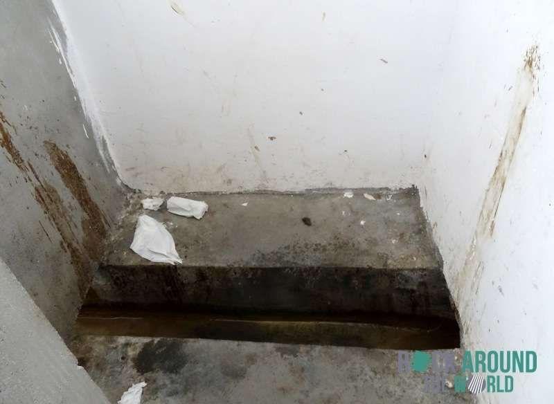 plumpsklo (hocktoilette) in lhasa, tibet (dirty toilet, Hause ideen