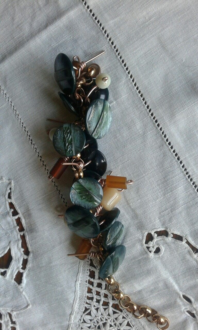 Mother of pearl buttons and faux amber for a charmes bracelet