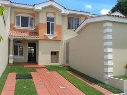 Casa con ornamentos de antepechos, columna corta y fascia