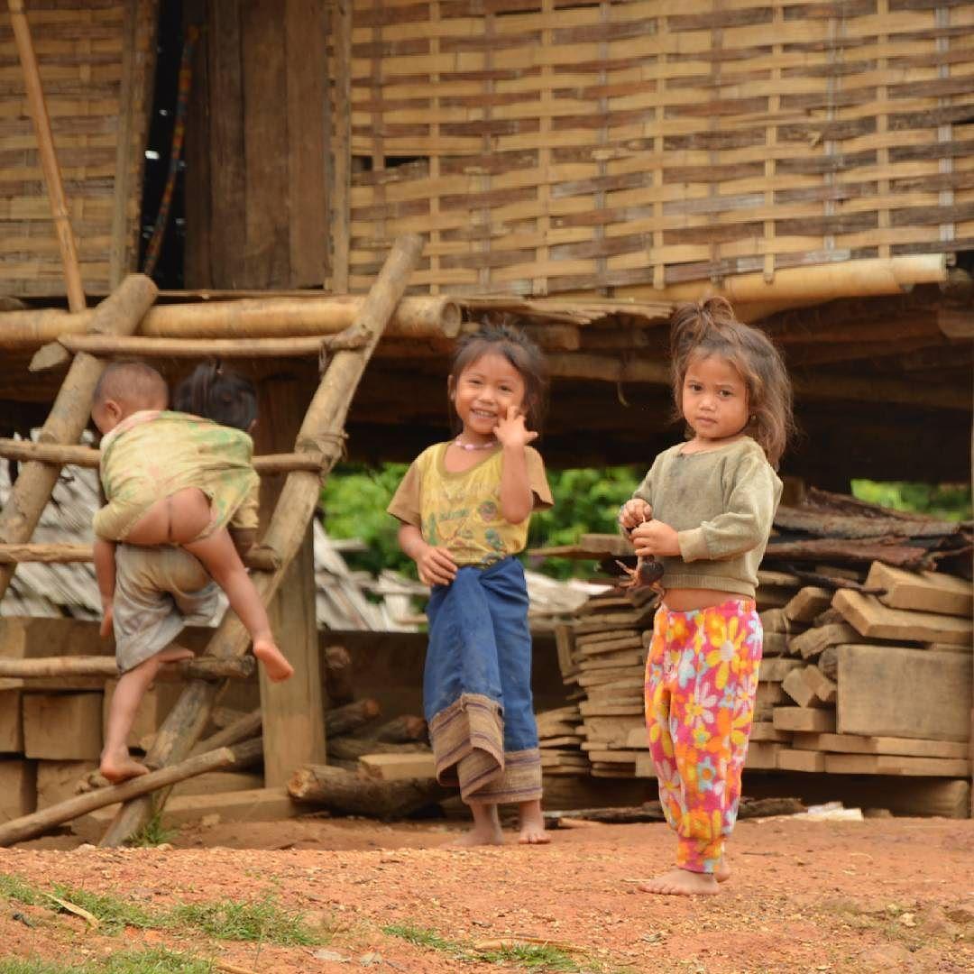 El lenguaje internacional de las sonrisas... En una pequeña y remota aldea en Laos.