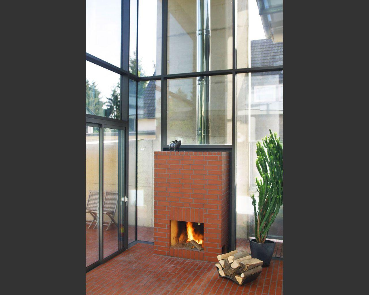 offener kamin in einer glasfensterwand der r ckseitige korpus und der edelstahlschornstein. Black Bedroom Furniture Sets. Home Design Ideas