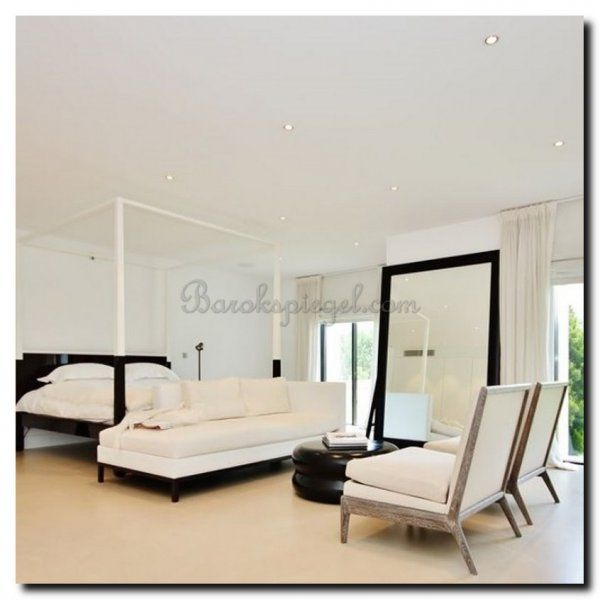 Mooie slaapkamer met deze grote zwarte spiegel. https://www ...