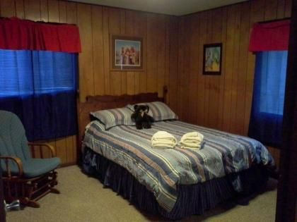 Queen Bedroom Pigeon Forge Vacation Rental Asbury Cottage Family - Traffic light for bedroom