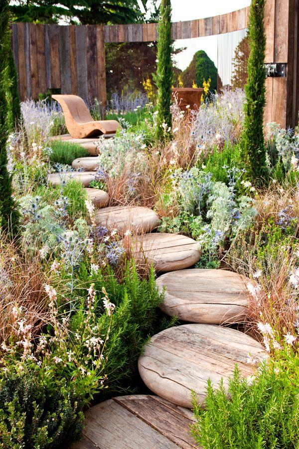 Kleine Wege lassen sich mit Holz wunderbar in der Natur integrieren - Wohnidee by WOONIO