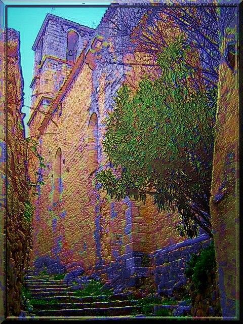 Le Var est un département connu pour ses belles plages. Mais dans l'arrière pays, chaque colline porte un village qui a souvent été créé au Moyen Âge autour d'un château. La commune d'Entrecasteaux, en plus de posséder un château fort très reconstruit, arbore aussi une église fortifiée. Quelle richesse !