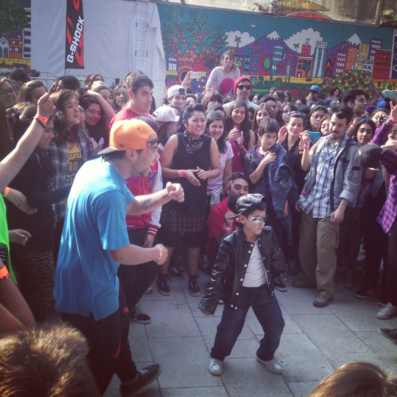 Apenas el público sintió la música se puso a bailar.