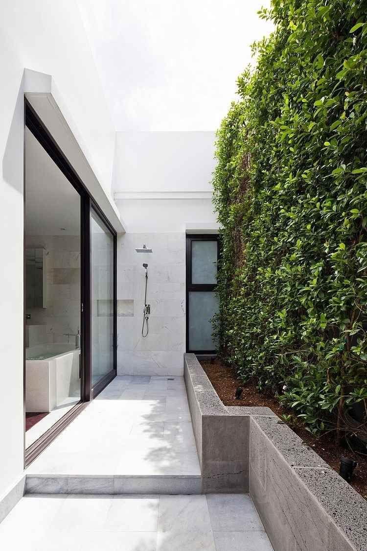 vertikaler-garten-outdoor-modern-kletterpflanzen-marmor-beton ...