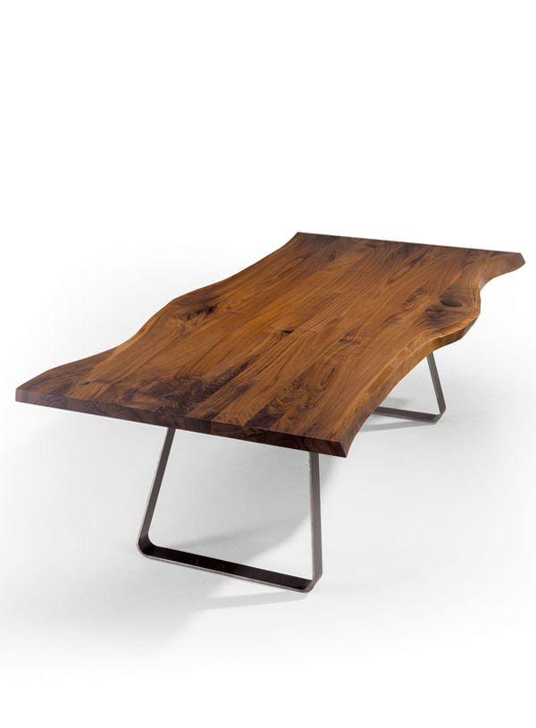 Esstisch aus Nussbaum mit wilder Baumkante.