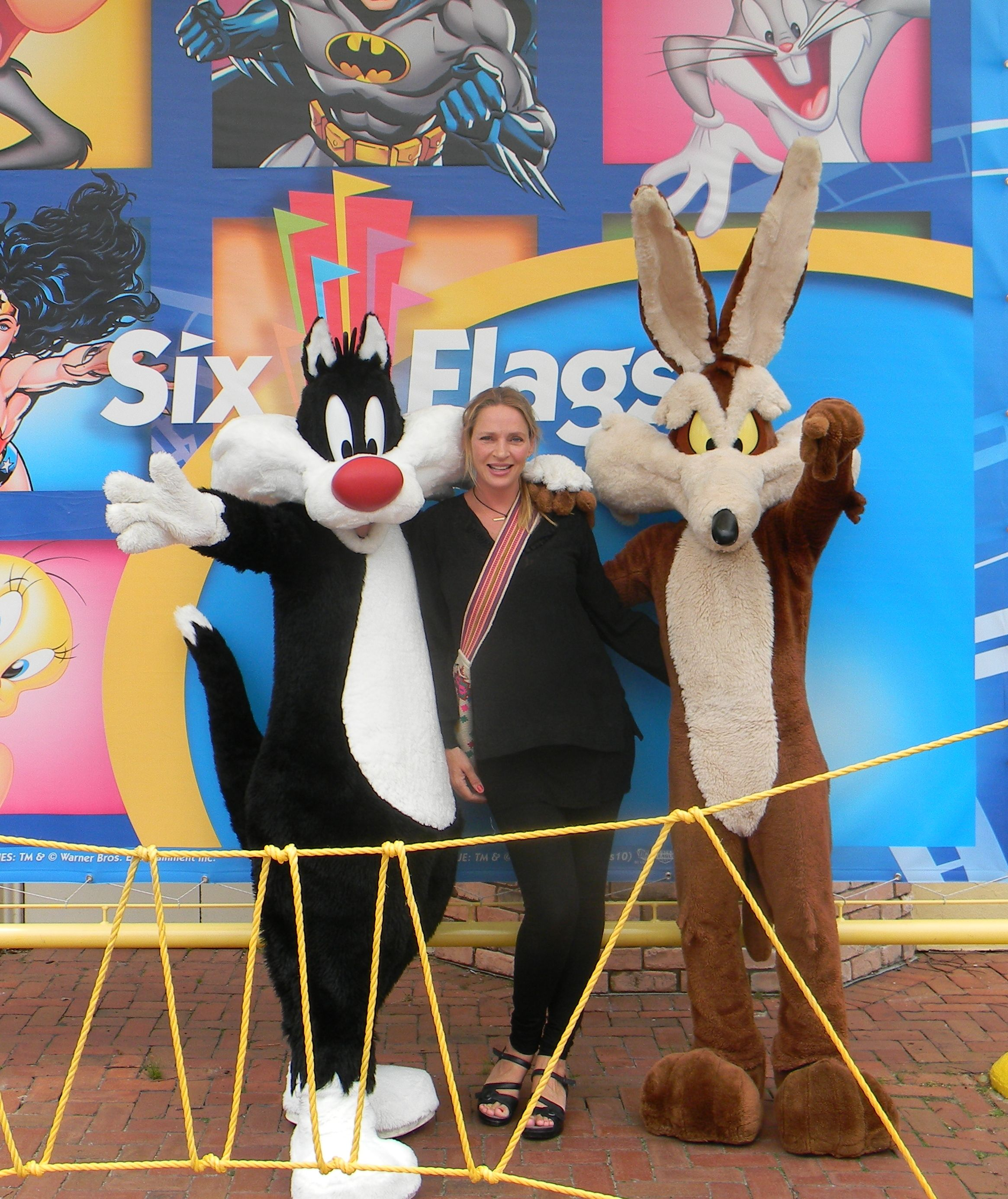Uma Thurman W Sylvester And Wile E Coyote At Six Flags Jackson Nj Uma Thurman Coyote Sylvester
