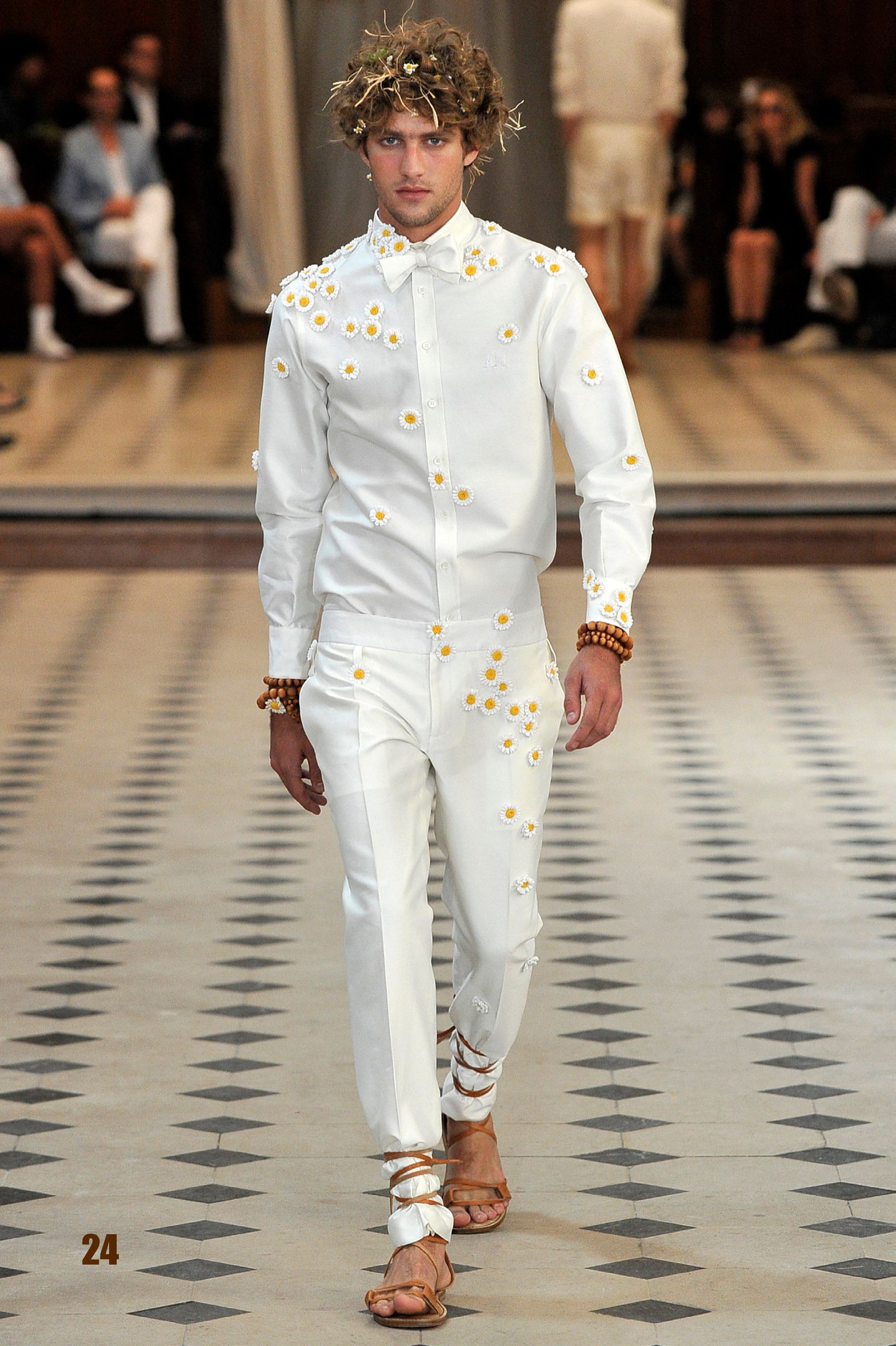 The Daisies over the white shirt and pant combine perfectly masculinity and femininity!