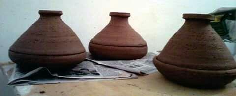 Piezas modeladas en torno alfarero con pasta para fuego directo.