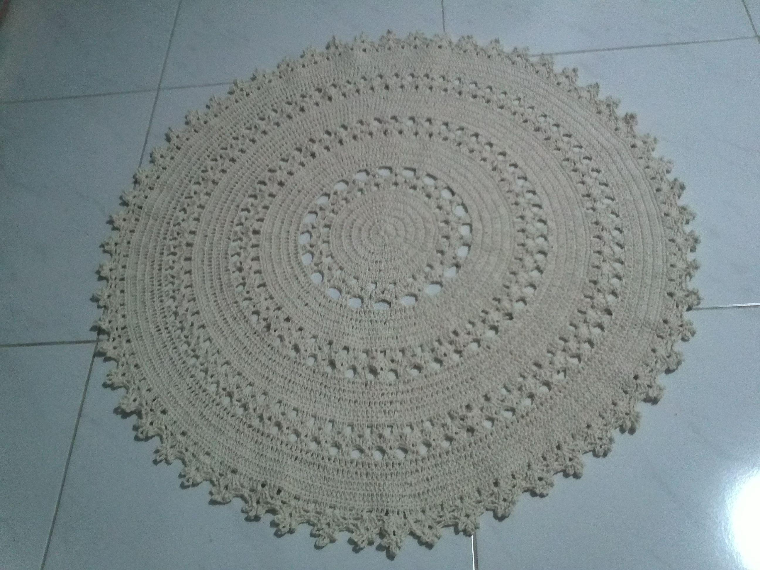 Tapete em crochê redondo, feito com barbante fino, 70 cm diâmetro.