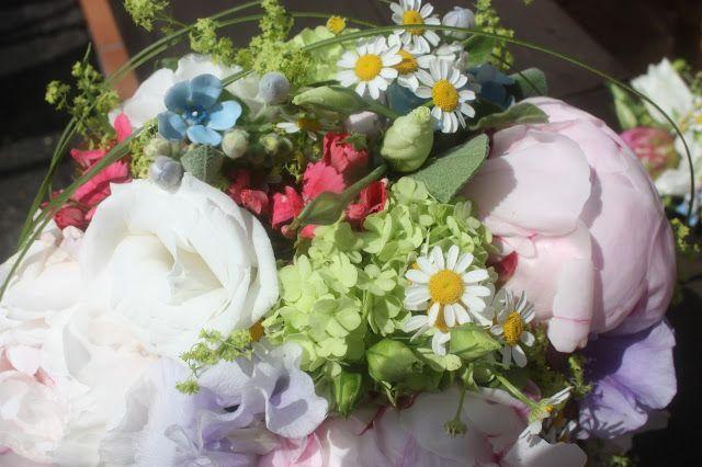 Wiesenblumen-Hochzeit im Mai in den Bergen - heiraten im Riessersee Hotel Garmisch-Partenkirchen - Bavarian wedding with mountain flowers