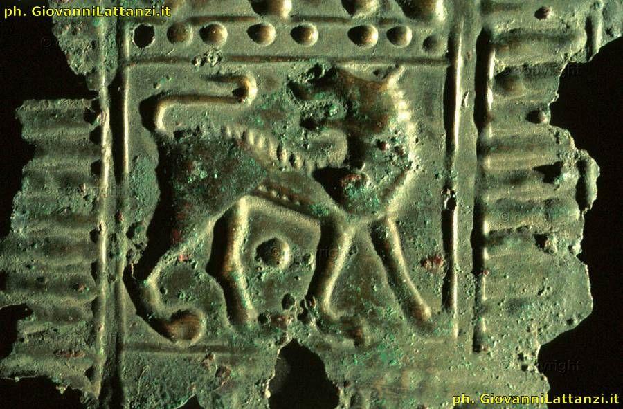 lamina in bronzo incisa a sbalzo, da Grottazzolina, tomba XIX oggetto n. 14, Museo Archeologico Nazionale di Anconapi