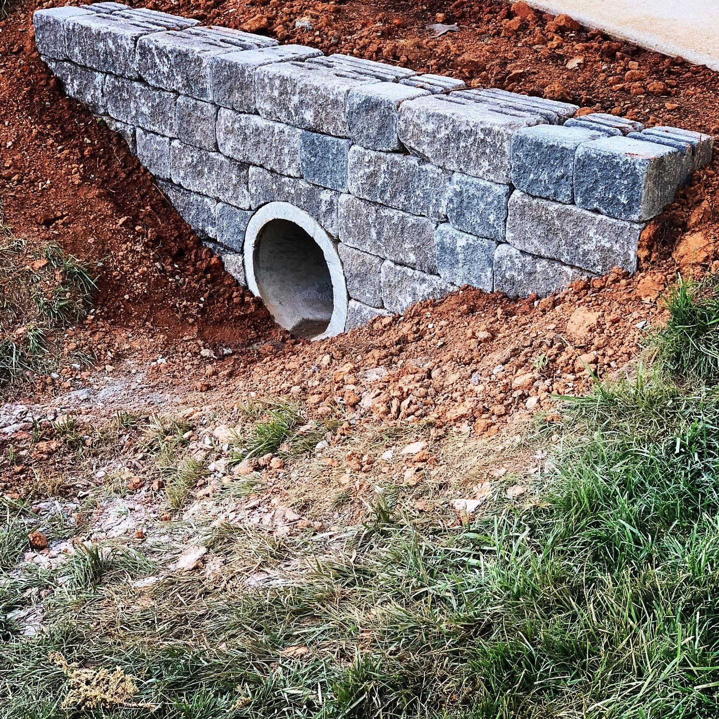 Versalok Retaining Wall In 2020 Driveway Entrance Landscaping Landscaping Entrance Commercial Landscaping