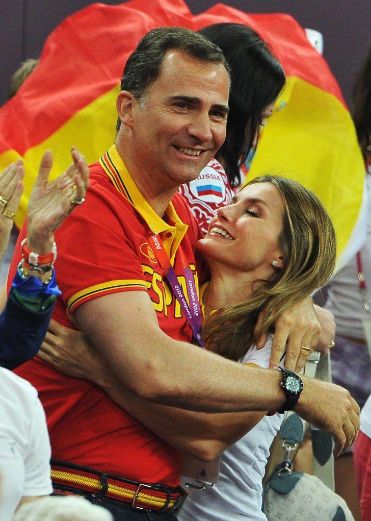 Pin for Later: Die besten Gründe, sich in Spaniens neues Königspaar zu verlieben  Letizia und Felipe umarmten sich, als Spanien Russland im Basketball-Halbfinale der olympischen Spiele im August 2012 schlug.