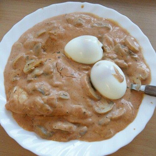 Hähnchenbrustfilet mit Champignons und Eiern in Tomatensojacremesauce