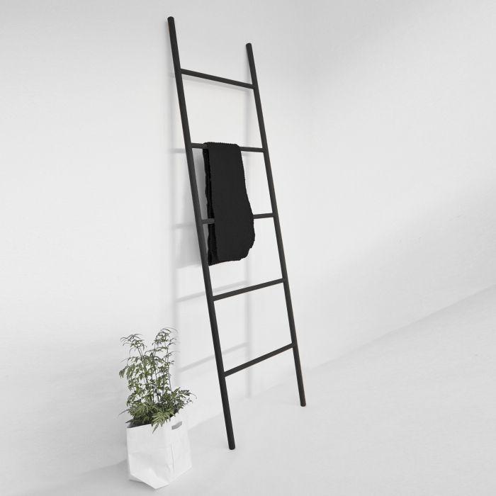 Wooden ladder black leiter garderobe aus holz schwarz for Kleine garderobe einrichten