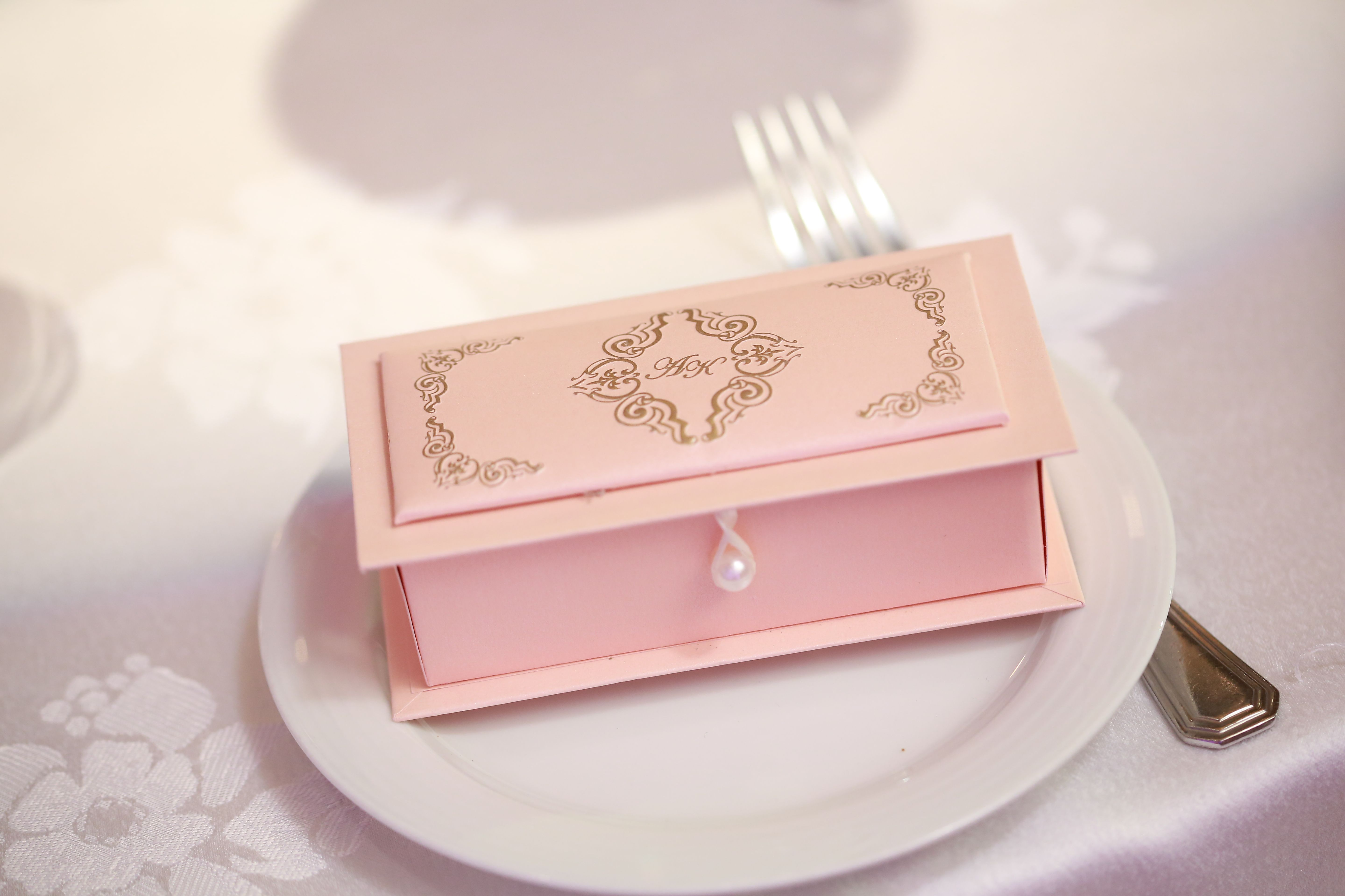 Sri lankan wedding cake box my sri lankan wedding for Wedding invitations cake boxes sri lanka