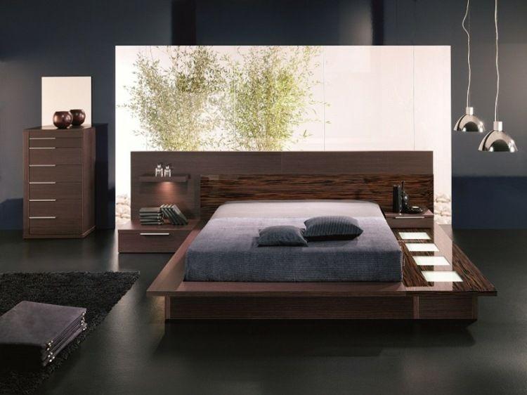 Interessantes Schlafzimmer In Dunklen Farben Mit Kontrastierender  Naturdekoration