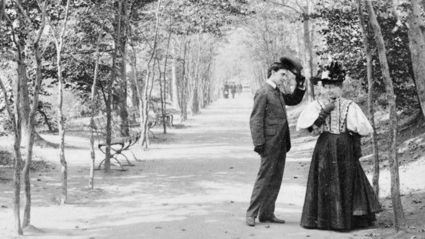 "Il bello del vintage"" New York City in 10 foto in bianco e nero. #1896 #""Lovers Lane"" in Central Park #NewYorkcity #foto #photo #centralpark #lovers"