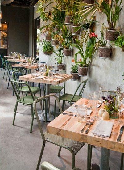 Terraza restaurant con sillas metalicas for Terrazas metalicas