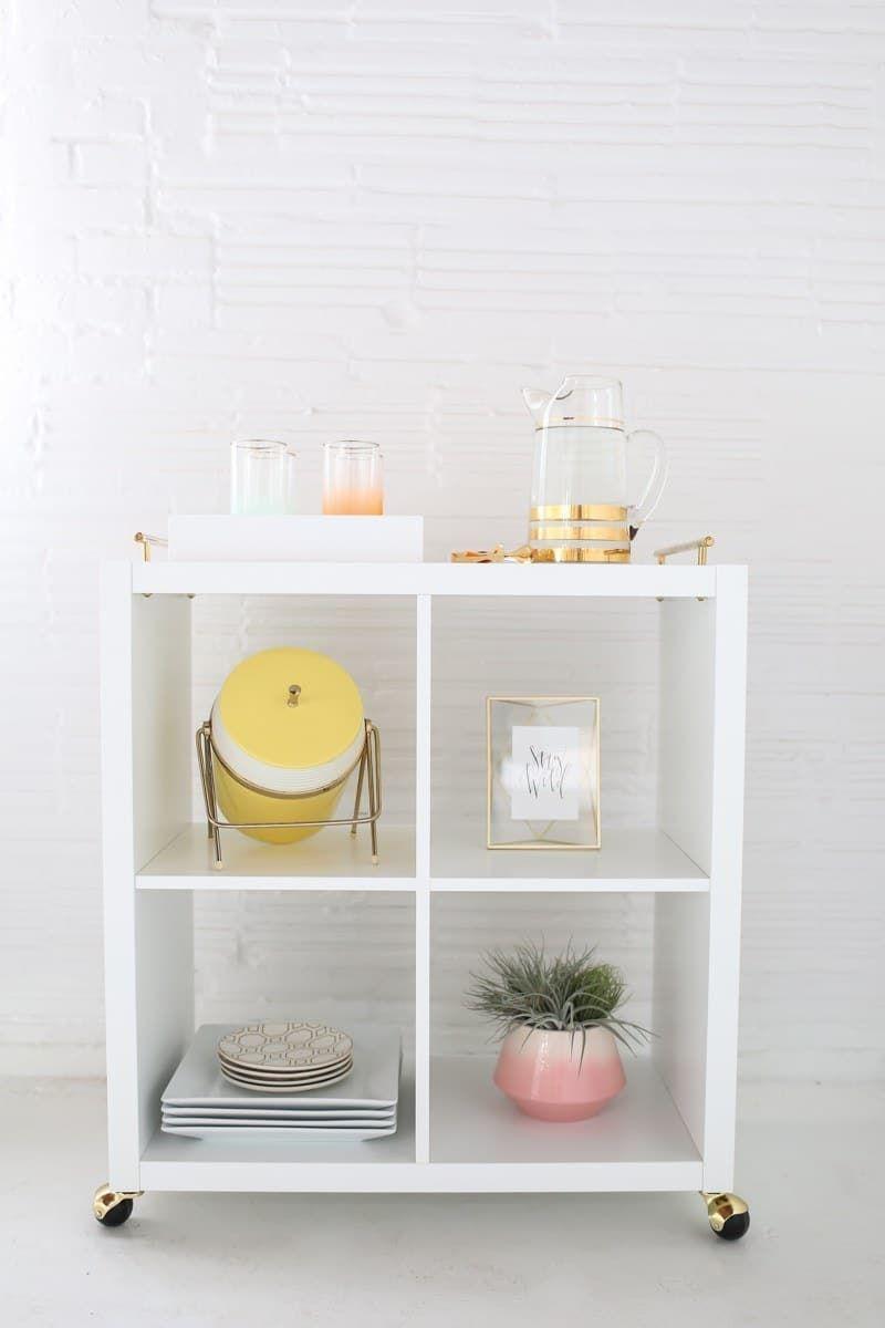 Añade manijas finas de latón a una estantería Ikea Kallax para almacenamiento fácil que se puede quitar fácilmente cuando tienes amigos en la cocina.